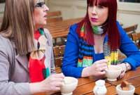 deux femmes discutent en prenant un café