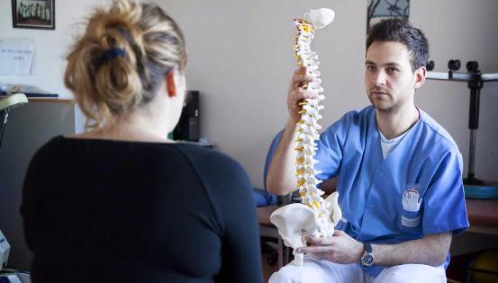 Les cliniques du dos travaillent notamment sur les croyances – parfois erronées – que le patient a sur son dos. © Reporters_BSIP