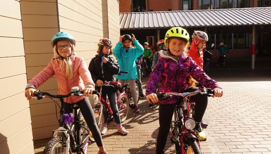Plus les kilomètres s'accumulent, plus les personnages quittent une terre polluée pour rejoindre un monde vert et aéré ! © Bike2school