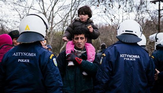 En mars 2016, la Grèce fermait le poste frontière d'Idomeni. Les migrants devaient alors trouver une nouvelle route pour passer en Macédoine. © MAXPPP belgaimage