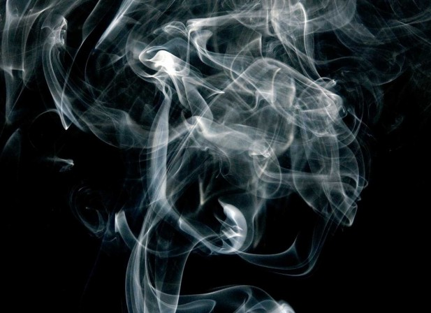 Volutes de fumée sur écran noir