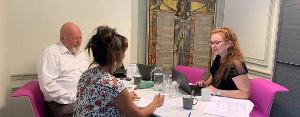 Les participants ont été sélectionnés par quatre personnes : le directeur d'Arts et Publics, Jacques Remacle, la responsable communication du BELvue, Mathilde Oechsner (qui prend la photo), la médiatrice culturelle pour Arts&Publics, Kim Cappart (à gauche) et la coordinatrice de projet au musée BELvue, Aurélie Cerf (à droite).