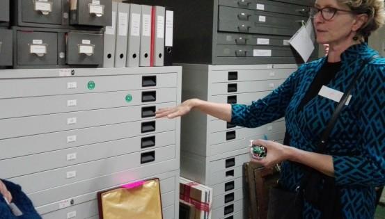 An Lavens montre les archives et a un gros trousseau de clés en main.