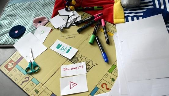 Un peu d'imagination et le vieux Monopoly devient un Unipoly aux règles solidaires  (c) Maud Dechêne