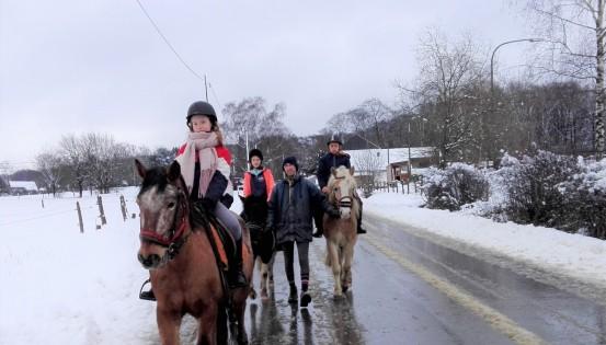 3 jeunes sur des chevaux