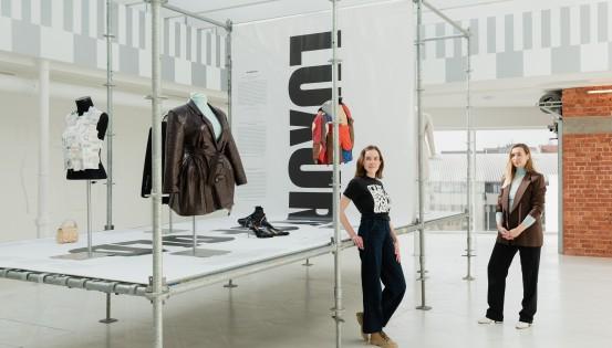 Aya Noël et Bénédicte de Brouwer, commissaires de l'exposition United Fashion. © Alexandra Bertels